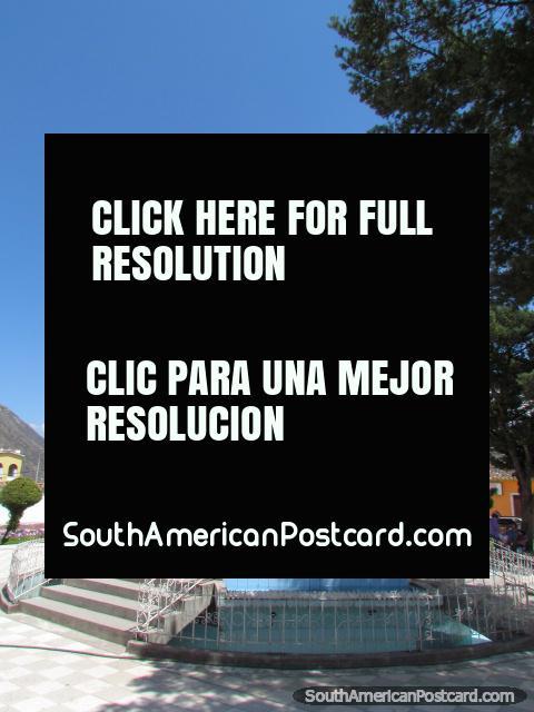 Um quiosque aberto para sentar-se no centro de Praça de Armas em Abancay. (480x640px). Peru, América do Sul.