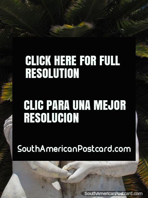 Blanco y estatuas de la mujer en Parque Centenario en Abancay. (480x640px). Perú, Sudamerica.