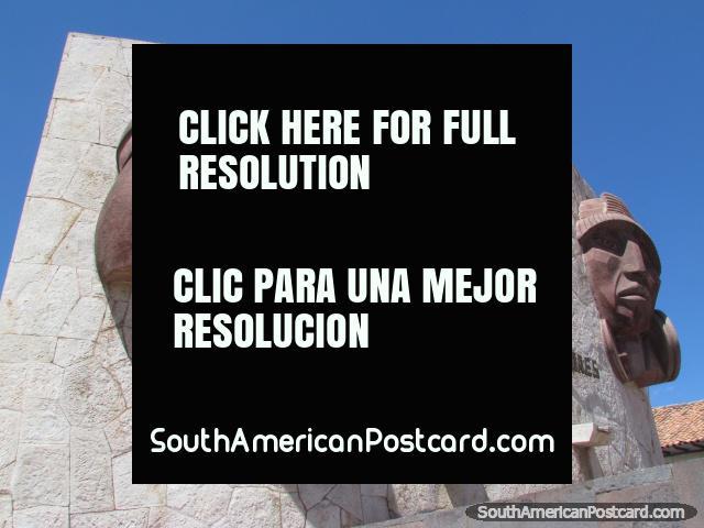 Monumento com 2 caras em Cusco aos fundadores da cidade. (640x480px). Peru, América do Sul.