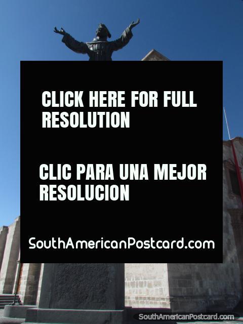 Estátua e campanário da igreja em Praça San Francisco em Arequipa. (480x640px). Peru, América do Sul.