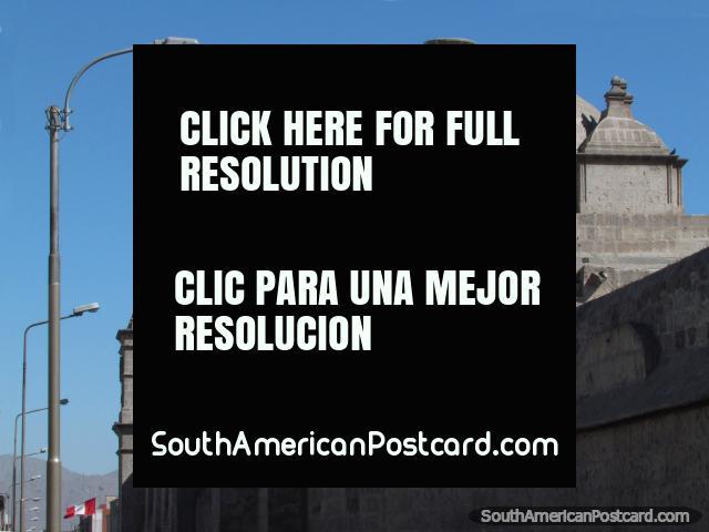 Cúpula de piedra y torre de un edificio histórico en Arequipa. (640x480px). Perú, Sudamerica.
