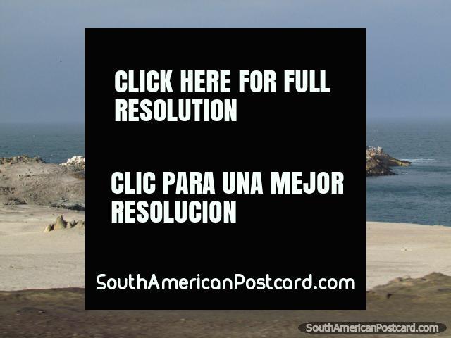 Islas y vida de aves en la costa al norte de Camana. (640x480px). Perú, Sudamerica.