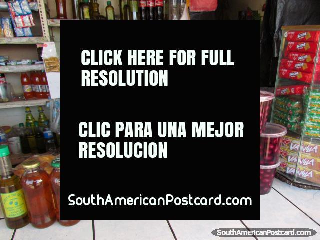 Óleo de azeitona fresco e azeitonas de uma loja em Yauca, ao norte de Camana. (640x480px). Peru, América do Sul.