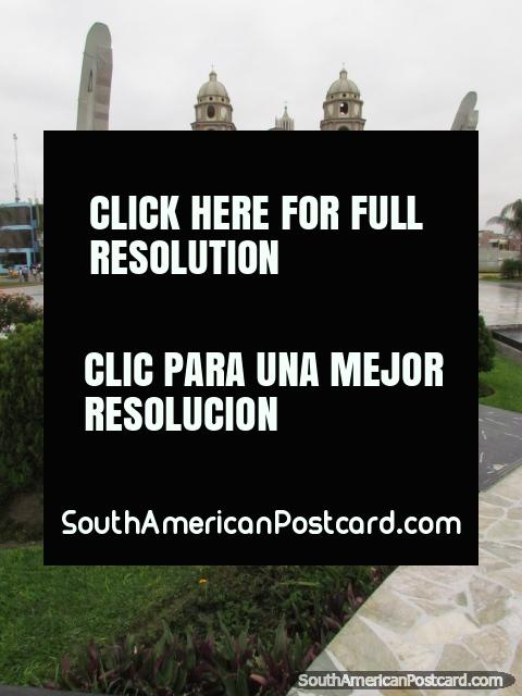 Alcalde de la plaza y catedral en Chimbote. (480x640px). Perú, Sudamerica.
