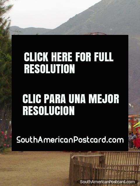 Noria y parque de atracciones en Vivero Forestal en Chimbote, Feria de Integracion San Pedro. (480x640px). Perú, Sudamerica.