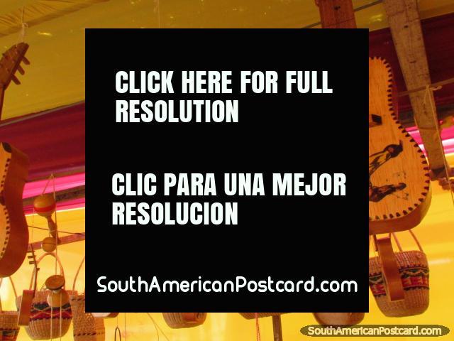 Guitarra y pequeños tambores para venta en la feria de arte en Chimbote. (640x480px). Perú, Sudamerica.