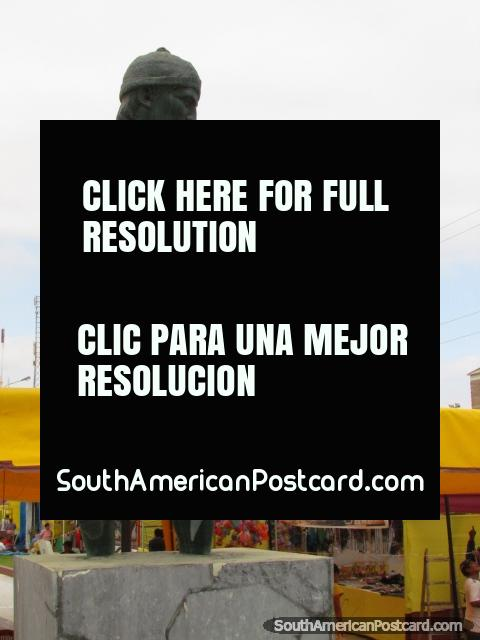 Estatua de un pescador en Isla Blanca Boulevard en Chimbote. (480x640px). Perú, Sudamerica.
