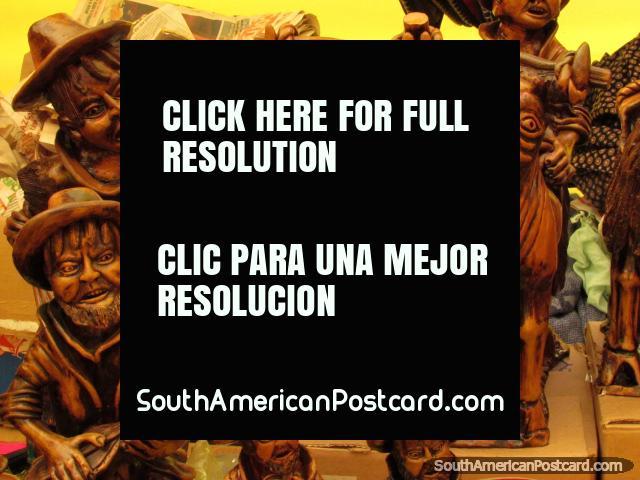 Esculturas de madera finas de pueblos indígenas y animales en la feria de arte en Chimbote. (640x480px). Perú, Sudamerica.
