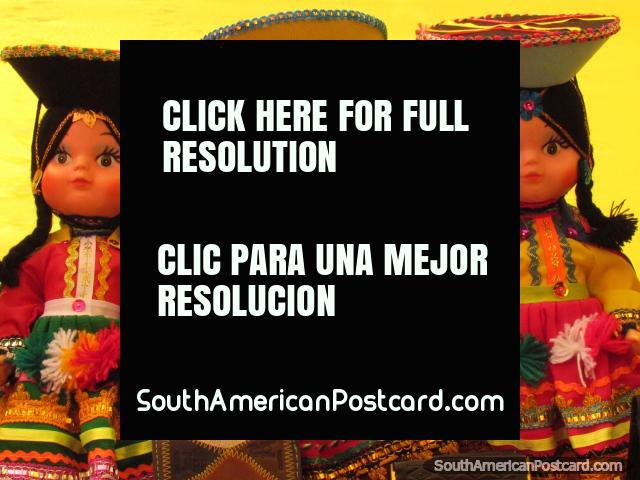 3 muñecas indígenas con ropa tradicional y sombreros en la feria de arte, Chimbote. (640x480px). Perú, Sudamerica.