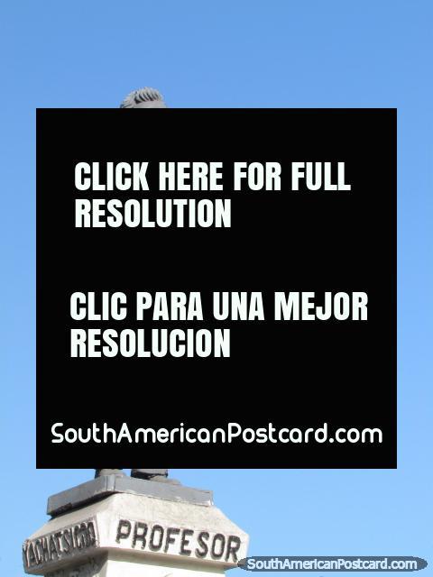 Estatua de un profesor en Chimbote. (480x640px). Perú, Sudamerica.