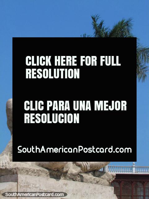 'O Homem que Pensa', monumento na Plaza de Armas em Trujillo. (480x640px). Peru, América do Sul.