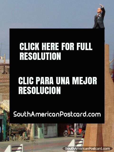 Monumento de um homem em uma pequena cidade ao norte de Trujillo. (480x640px). Peru, América do Sul.