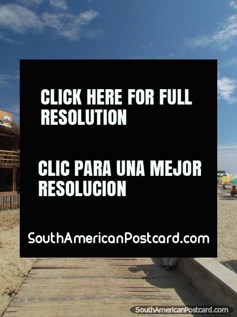 Barras e restaurantes atrás de praia de Mancora. (480x640px). Peru, América do Sul.