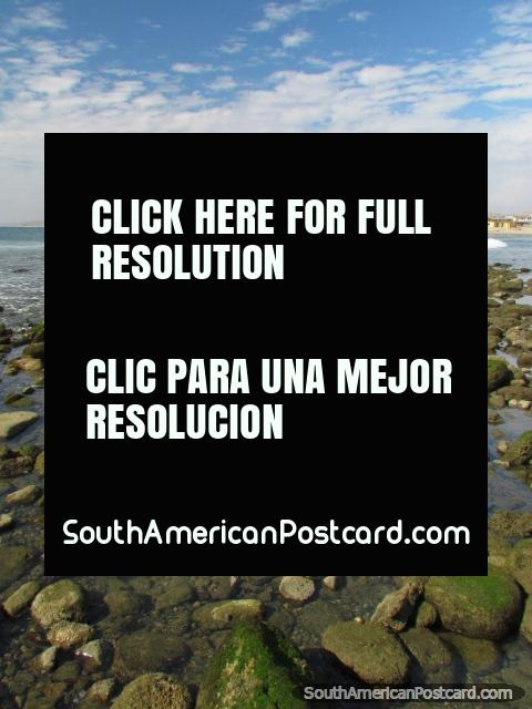 Rochas no fim do sul da praia em Mancora. (480x640px). Peru, América do Sul.
