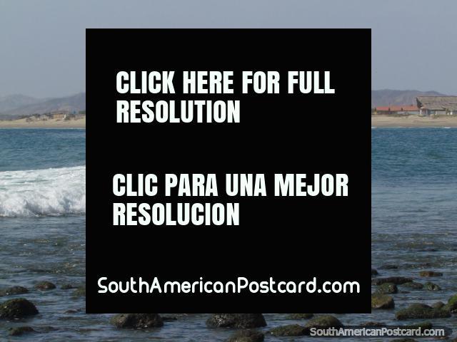 Um grupo de surfistas em uma onda em Mancora. (640x480px). Peru, América do Sul.
