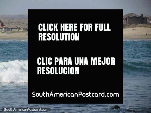 Un surfista local joven monta una onda en Mancora. (640x480px). Perú, Sudamerica.