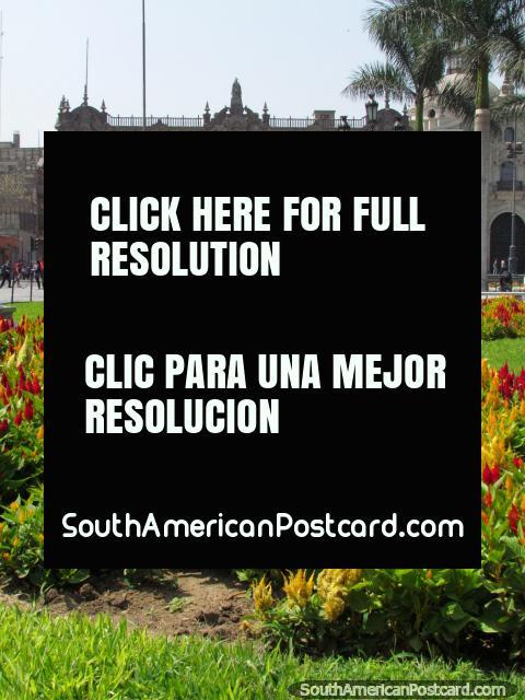 Palácio de Arzobispal atrás de um canteiro de flores coloridas em Lima central. (480x640px). Peru, América do Sul.