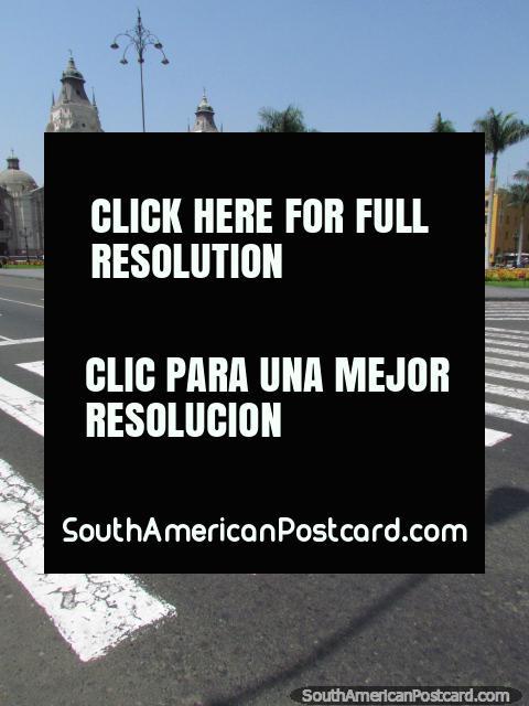 As pessoas cruzam o caminho em direção ao Praça de Armas em Lima. (480x640px). Peru, América do Sul.