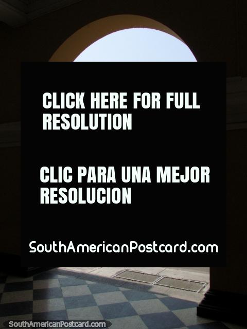Visão por um arco em Lima central, Praça de Armas. (480x640px). Peru, América do Sul.