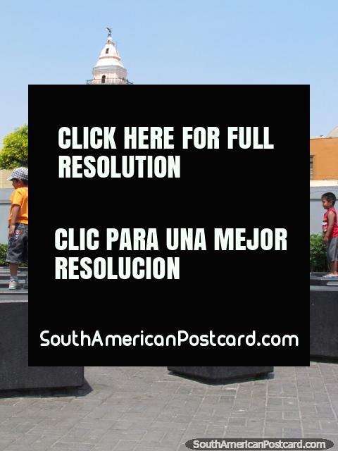 Caixas pretas, diversão para as crianças no Parque Rimac, em Lima. (480x640px). Peru, América do Sul.
