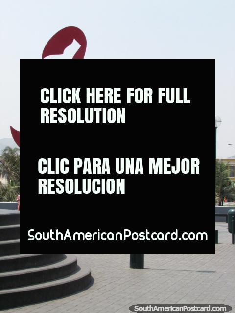 Figura enorme obra de arte vermelha no Parque Rimac, no centro de Lima. (480x640px). Peru, América do Sul.