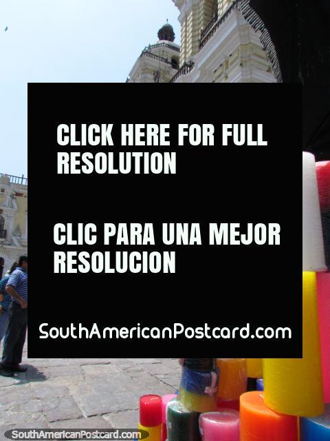 Velas e pessoas do lado de fora da igreja de Convento de San Francisco em Lima. (480x640px). Peru, América do Sul.