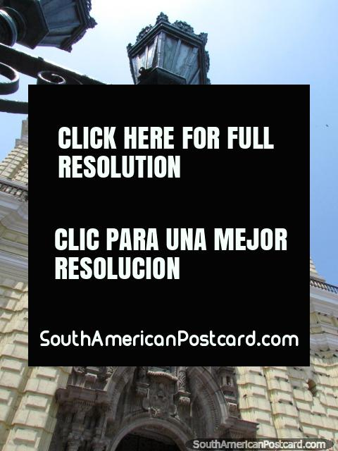 Luces, aves y iglesia San Francisco en Lima. (480x640px). Perú, Sudamerica.