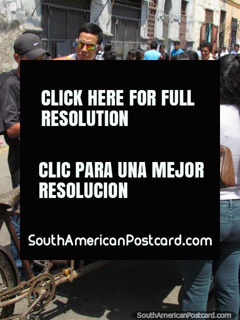 El hombre vende mandarines de un carro de la bicicleta en Lima. (480x640px). Perú, Sudamerica.