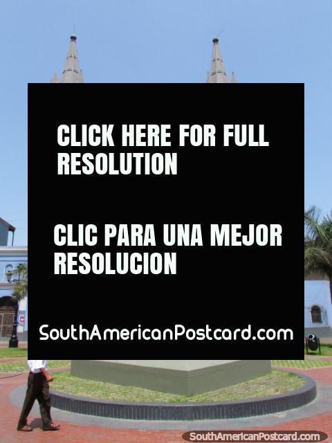 Igreja azul Iglesia de los Sagrados Corazones 'Recoleta' e praça em Lima. (480x640px). Peru, América do Sul.