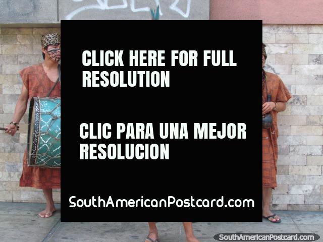 Um grupo musical indïgena em trajes executa na rua em Lima. (640x480px). Peru, América do Sul.