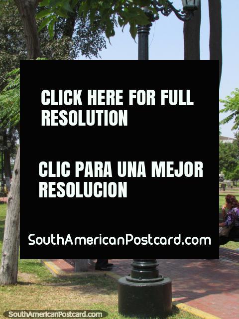 Um parque bonito, popular com habitantes locais em Lima. (480x640px). Peru, América do Sul.