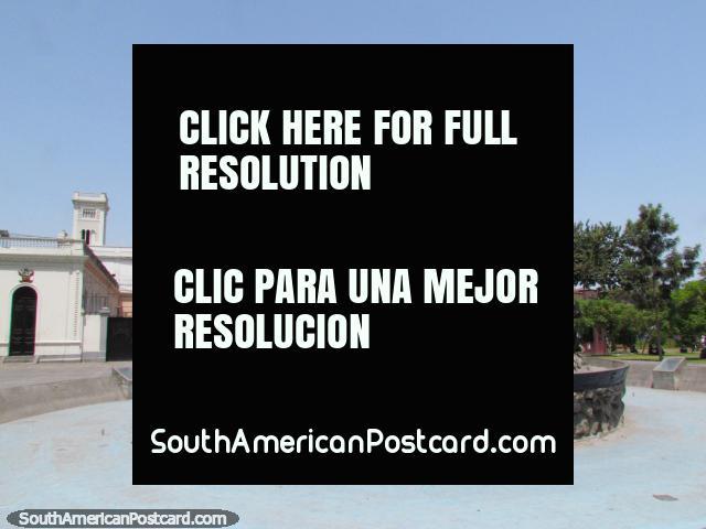 Um monumento militar e fonte no parque em Lima - Parque Juana Larco De Dammert. (640x480px). Peru, América do Sul.