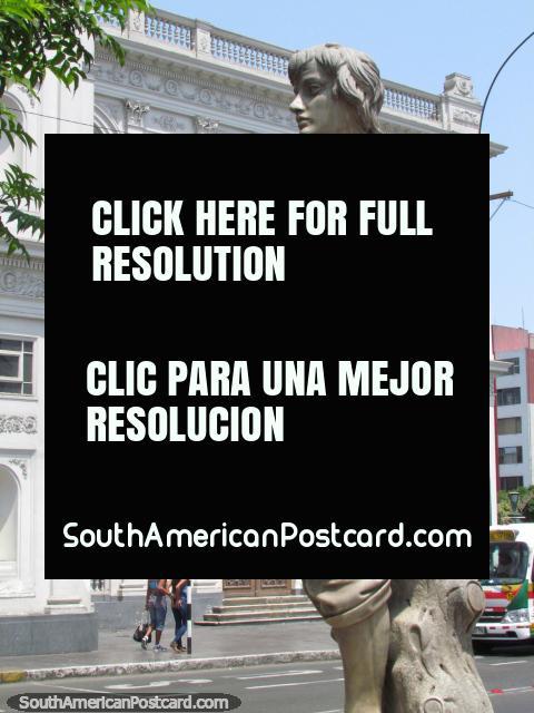 Uma estátua de obra de arte através do caminho do museu de arte em Lima. (480x640px). Peru, América do Sul.