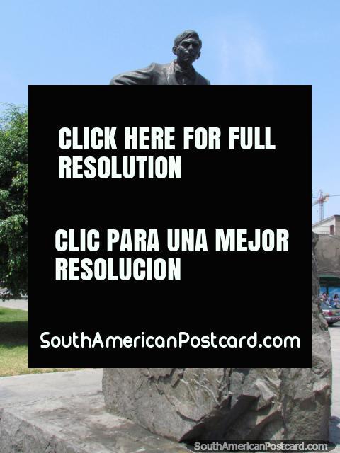 Maria Tegui (Jose Carlos Maria Tegui) (1894-1930) estatua en Lima, un periodista. (480x640px). Perú, Sudamerica.