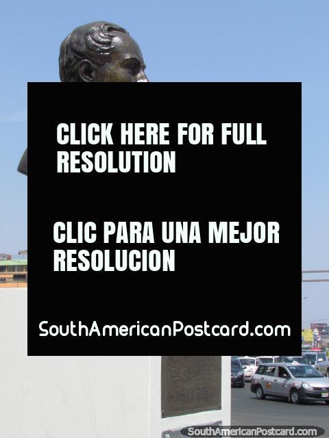 El Capitán Elias Aguirre, busto del hombre militar en Plaza Miquel Grau en Lima. (480x640px). Perú, Sudamerica.