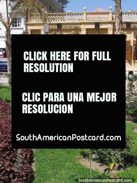 Un edificio histórico a través del camino de Tacna plaza, un clavel se elevó en los jardines. (480x640px). Perú, Sudamerica.
