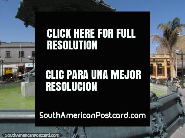 Fuente en la plaza en Tacna, que mira a través de la calle. (640x480px). Perú, Sudamerica.