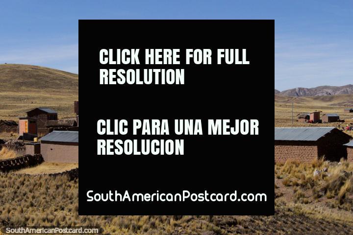 Edifïcios de tijolos da lama e terra de cultivo em volta de Torata. (720x480px). Peru, América do Sul.