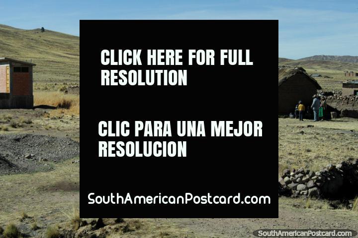 Uma famïlia e a sua vaca do lado de fora da sua casa em terra entre Torata e Desaguadero. (720x480px). Peru, América do Sul.