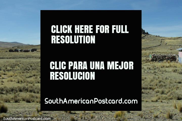 Uma colina coroou com um grupo de rochas ao oeste de Desaguadero. (720x480px). Peru, América do Sul.
