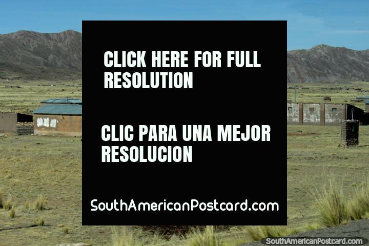 As pequenas comunidades espalham-se através do terreno áspero ao oeste de Desaguadero. (720x480px). Peru, América do Sul.