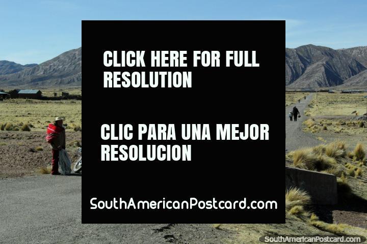 Um caminho e comunidade a 20 km ao oeste de Desaguadero, as crianças vão para casa da escola. (720x480px). Peru, América do Sul.