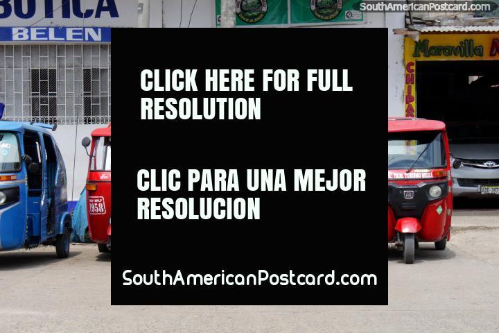 Táxi azul, táxi vermelho, táxi azul, rapaz vermelho, bolsa azul, táxi vermelho... Tingo Maria. (720x480px). Peru, América do Sul.