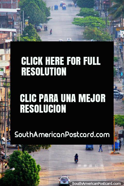 Calle de la ciudad de Tingo María, menos tráfico de lo normal, taxi amarillo raro. (480x720px). Perú, Sudamerica.