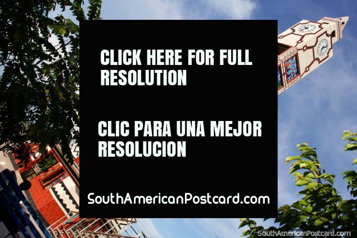 A torre de relógio colorida em Praça do Reloj em Pucallpa. (720x480px). Peru, América do Sul.