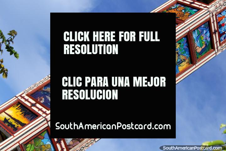 Belas pinturas na torre de relógio em Pucallpa, em Praça do Reloj. (720x480px). Peru, América do Sul.