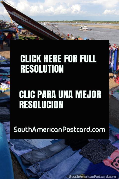 El mercado de ropa atraca a lo largo de las orillas del Río Ucayali en Pucallpa. (480x720px). Perú, Sudamerica.