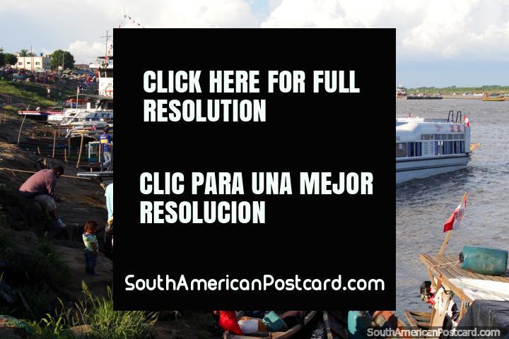 Un cómodo barco de pasajeros atracó en Pucallpa en el Río Ucayali. (720x480px). Perú, Sudamerica.