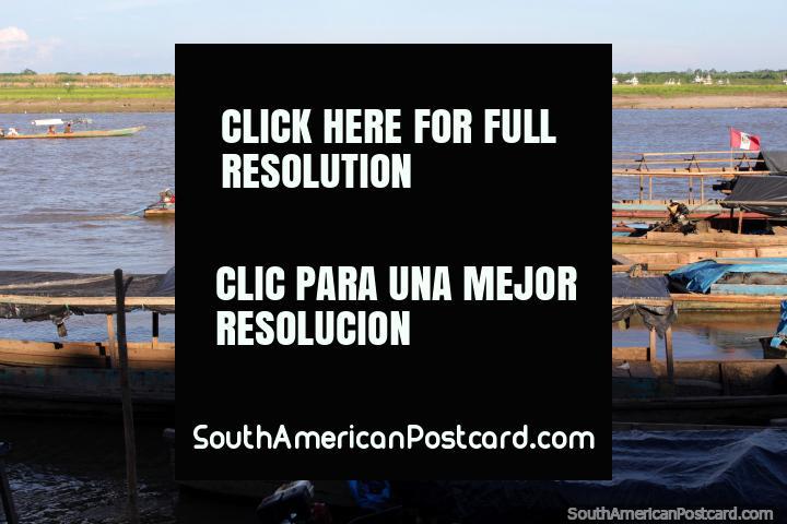 Barcos de río ir arriba y abajo el rio, los lugareños, Río Ucayali en Pucallpa. (720x480px). Perú, Sudamerica.