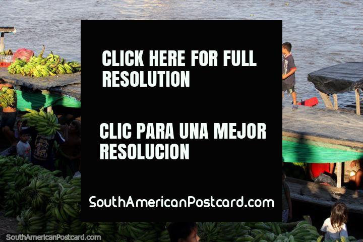 Plátanos tomados del barco y poner en las orillas del río en Pucallpa. (720x480px). Perú, Sudamerica.